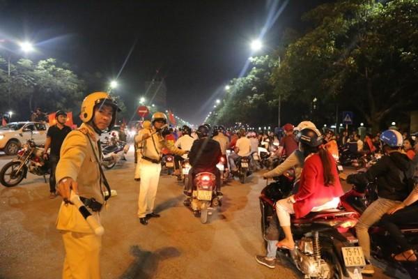Cảnh sát giao thông CATP Hà Nội phân luồng, đảm bảo TTATGT trên địa bàn thành phố