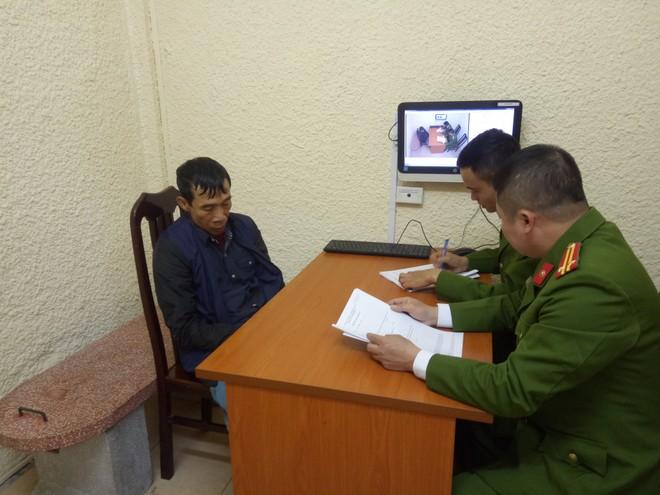 Các cán bộ Đội 5, Phòng CSHS - CATP Hà Nội đang lấy lời khai của đối tượng Thành