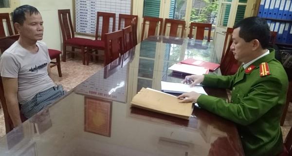 Trung tá Lê Kim Đồng, Đội trưởng Đội 5 đang lấy lời khai Phạm Văn Thắng, đối tượng đã tấn công lại lực lượng công an bằng dao nhọn, khiến Trung tá Nguyễn Hoài Nam (Đội phó Đội 5) bị thương