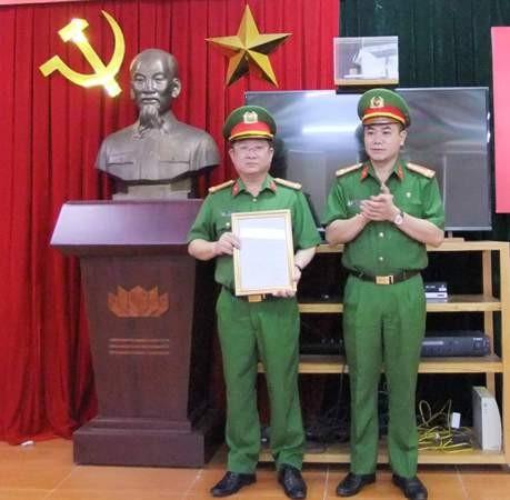 Đại tá Nguyễn Thanh Tùng trao quyết định bổ nhiệm chức danh Phó Thủ trưởng Cơ quan CSĐT - CATP Hà Nội cho Thượng tá Phạm Quỳnh