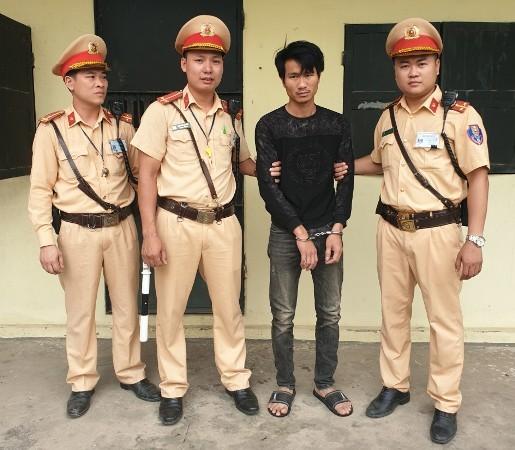 Đối tượng Hùng bị CSGT - CAH Mê Linh bắt giữ khi đang vận chuyển ma túy tổng hợp và hung khí trên xe taxi
