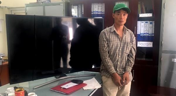 Đối tượng Toàn và chiếc tivi trộm cắp được tại nhà dân ở thị trấn Sóc Sơn
