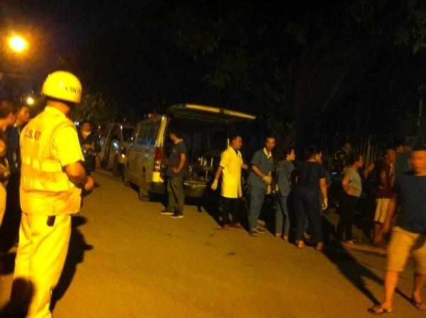 Nhân viên y tế trực tại hiện trường để kịp thời đưa người bị thương trong vụ cháy đến bệnh viện hỗ trợ chăm sóc sức khỏe