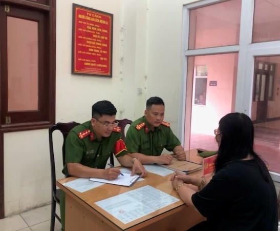 Chỉ huy đội Điều tra tổng hợp cùng cán bộ trực ban CAQ Đống Đa tiếp nhận tin báo, tố giác tội phạm của người dân