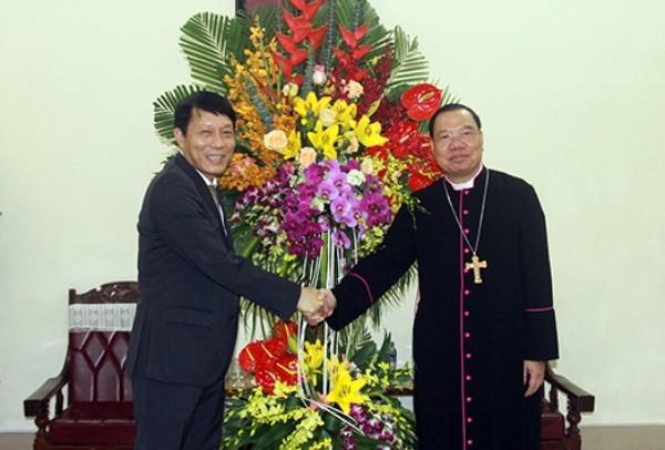 Thứ trưởng Bộ Công an Lương Tam Quang chúc mừng Tổng Giám mục Vũ Văn Thiên