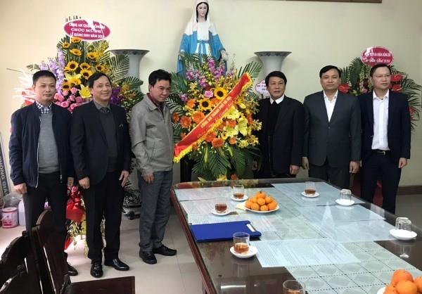 Thiếu tướng Nguyễn Anh Tuấn (thứ ba từ trái sang) cùng đoàn công tác Công an Hà Nội và Công an quận Đống Đa tặng hoa chúc mừng Giáng sinh 2019 Giáo xứ Thái Hà