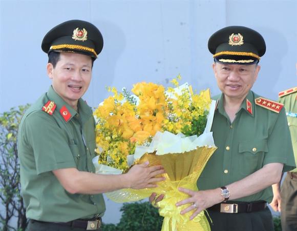 Đại tá Vũ Hồng Văn, Giám đốc Công an tỉnh Đồng Nai tặng hoa chào mừng