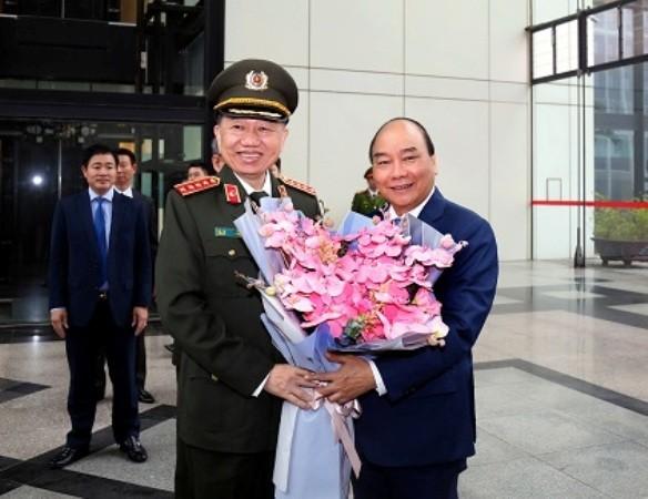 Bộ trưởng Tô Lâm tặng hoa chào mừng Thủ tướng Nguyễn Xuân Phúc