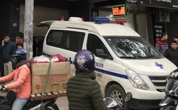 Xe cấp cứu di chuyển nạn nhân xấu số rời thẩm mỹ viện