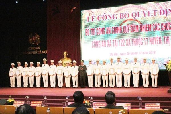 Thiếu tướng Đào Thanh Hải, Phó Bí thư Đảng ủy, Phó Giám đốc CATP Hà Nội trao quyết định cho các đồng chí Công an chính quy đảm nhiệm chức danh Công an xã trên địa bàn thành phố