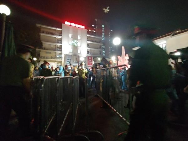 Lực lượng CAQ Đống Đa thu rào cách ly tại cổng Bệnh viện Bạch Mai