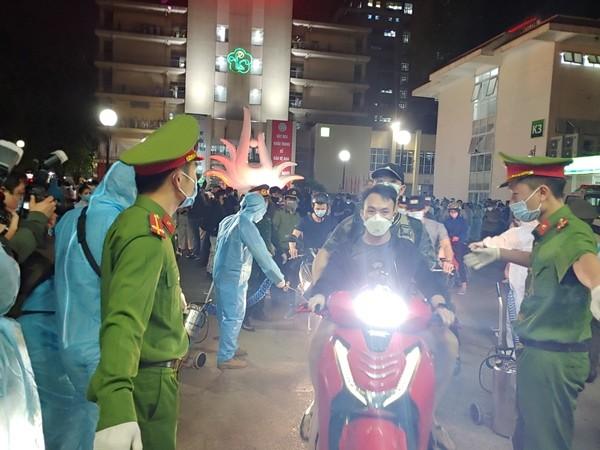 CAQ Đống Đa tổ chức hướng dẫn giao thông tại khu vực cổng Bệnh viện Bạch Mai khi gỡ bỏ rào cách ly y tế