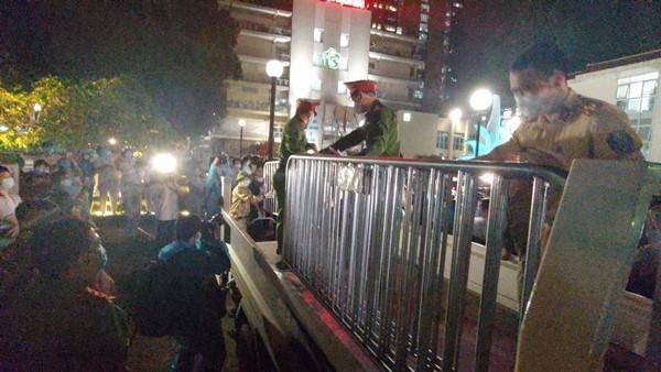 Những tấm rào cách ly cuối cùng được lực lượng Công an và Bảo vệ dân phòng quận Đống Đa gỡ bỏ tại cổng Bệnh viện Bạch Mai