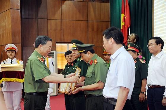 Bộ trưởng Tô Lâm tặng Bằng khen cho các tập thể, cá nhân có thành tích xuất sắc