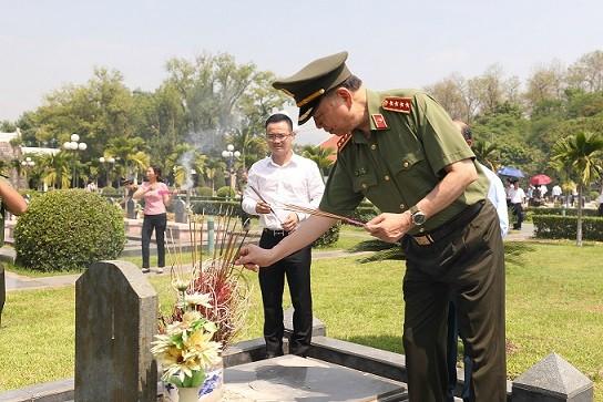 Bộ trưởng Tô Lâm và các đại biểu thắp hương tưởng nhớ các Anh hùng, liệt sỹ tại Nghĩa trang liệt sỹ A1.