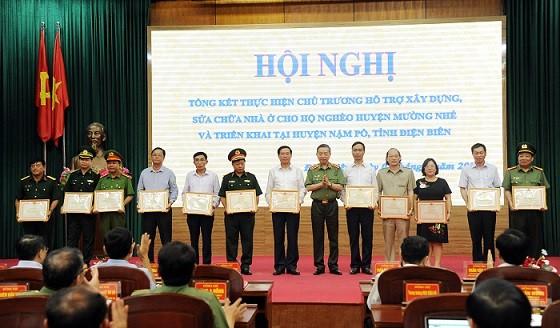 Bộ trưởng Tô Lâm trao Bằng khen của Bộ Công an tặng các tập thể, cá nhân có thành tích xuất sắc trong thực hiện chương trình xây dựng, sửa chữa nhà ở cho hộ nghèo huyện Mường Nhé.