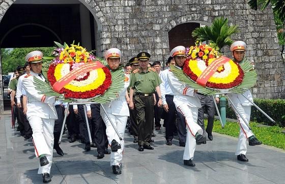 Bộ trưởng Tô Lâm cùng các đại biểu dâng hoa tại Nghĩa trang liệt sỹ A1.