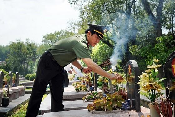 Thứ trưởng Lương Tam Quang thắp hương tưởng nhớ các Anh hùng, liệt sỹ.