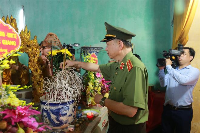 Bộ trưởng Tô Lâm cùng các đại biểu dâng hương tại chùa Tứ Giáp.