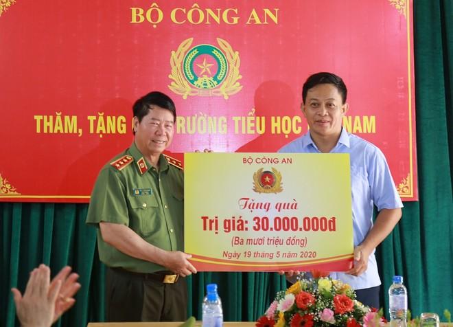 Thứ trưởng Bùi Văn Nam trao quà tặng Trường Tiểu học Nhã Nam.