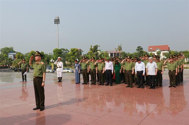 Đoàn đại biểu Đảng ủy Công an Trung ương, Bộ Công an dâng hoa tưởng niệm Chủ tịch Hồ Chí Minh