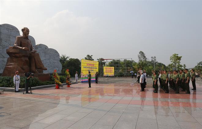 Đoàn đại biểu Đảng ủy CATƯ Bộ Công an tưởng nhớ công lao trời biển của Chủ tịch Hồ Chí Minh.