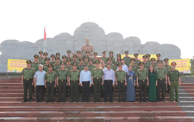 Bộ trưởng Tô Lâm cùng các đại biểu tại Khu lưu niệm.