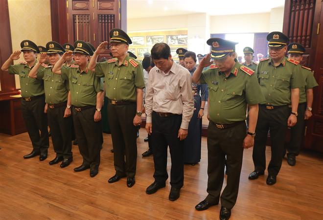 Bộ trưởng Tô Lâm dâng hương tưởng nhớ Chủ tịch Hồ Chí Minh tại Nhà truyền thống trong khuôn viên Khu lưu niệm.