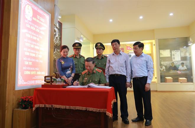 Đoàn đại biểu Đảng ủy Công an Trung ương, Bộ Công an dâng hoa tưởng niệm Chủ tịch Hồ Chí Minh ảnh 6