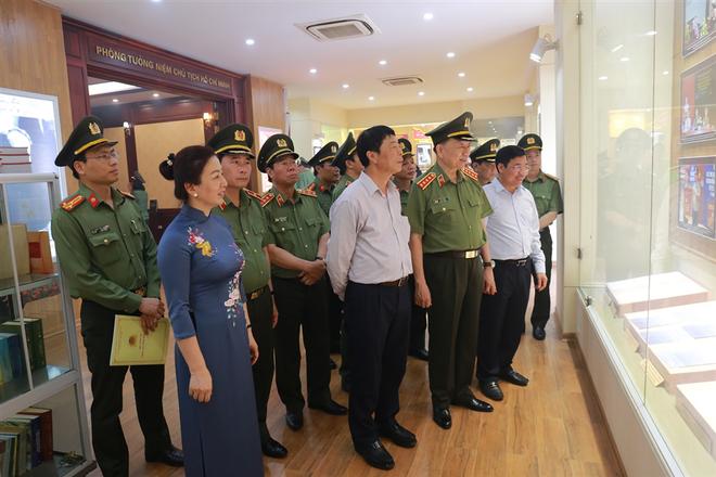 Các đại biểu thăm quan Nhà truyền thống Khu lưu niệm.