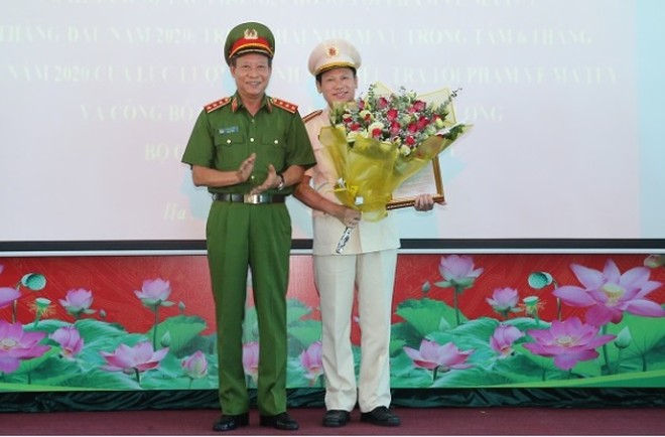Thượng tướng Lê Quý Vương trao quyết định bổ nhiệm chức vụ Cục trưởng Cục Cảnh sát ĐTTP về ma túy cho Đại tá Nguyễn Văn Viện