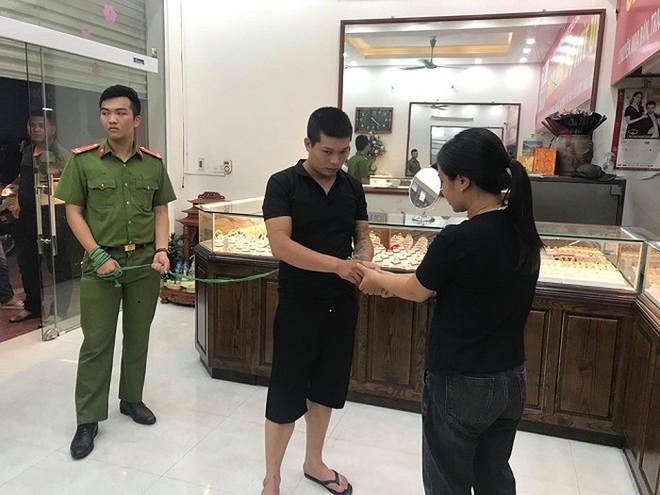 Công an Hà Nội dẫn giải đối tượng cướp giật tài sản tại tiệm vàng ở quận Nam Từ Liêm đi thực nghiệm hiện trường vụ án