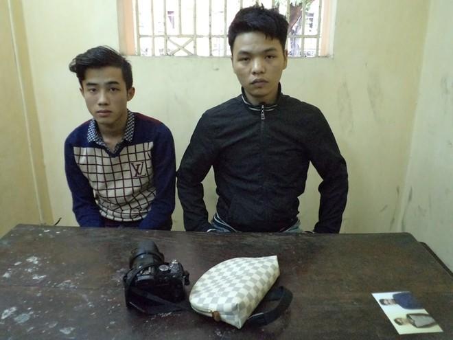 Hai đối tượng cướp giật bị CAQ Hoàn Kiếm bắt giữ