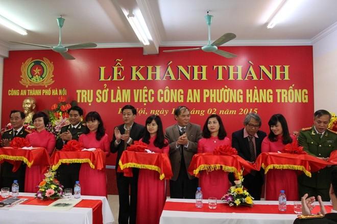 Thiếu tướng Nguyễn Đức Chung cùng các đại biểu cắt băng khánh thành trụ sở CAP Hàng Trống