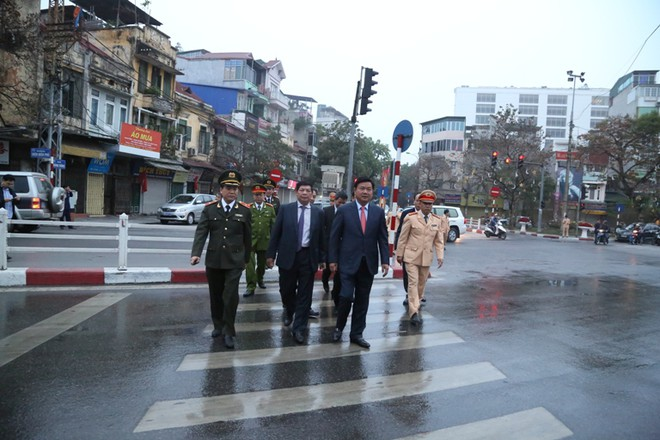 Bộ trưởng Bộ GTVT Đinh La Thăng cùng các đồng chí lãnh đạo đi kiểm tra, động viên lực lượng CSGT làm nhiệm vụ tại các nút giao thông trọng điểm
