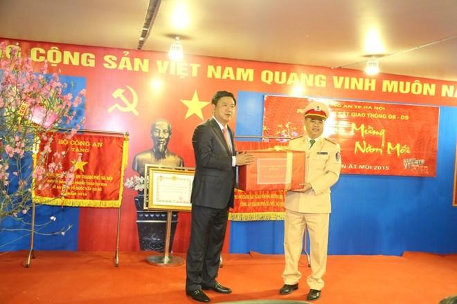 Bộ trưởng Bộ GTVT Đinh La Thăng tặng quà chúc mừng CBCS Phòng CSGT