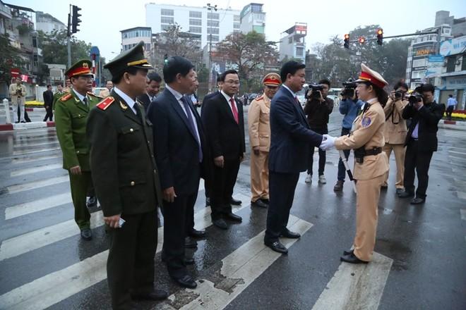 Cảnh sát giao thông Hà Nội ra quân đảm bảo ATGT đầu năm mới ảnh 6