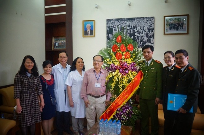 Đại tá Nguyễn Duy Ngọc chúc mừng Ban Giám đốc Bệnh viện Nhi Trung ương