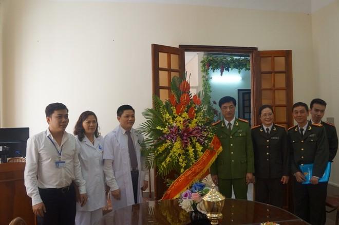 Lãng hoa tươi thắm của CATP Hà Nội được Đại tá Nguyễn Duy Ngọc trân trọng chuyển đến, chúc mừng Ban Giám đốc Bệnh viện Phụ Sản Hà Nội