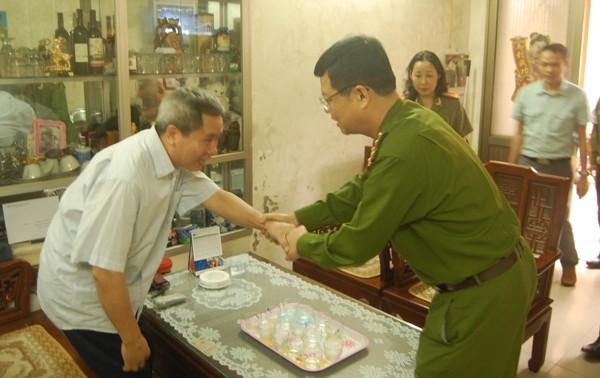 Đại tá Đào Thanh Hải cùng đoàn công tác đến thăm hỏi sức khỏe đồng chí Vũ Hồng Vân