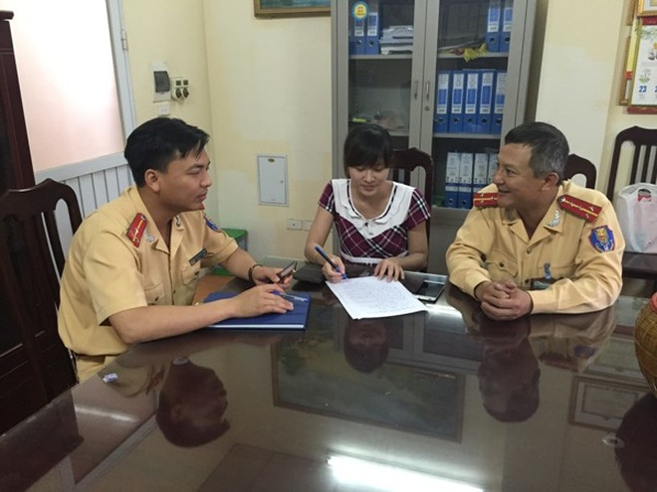 CBCS Đội CSGT số 7 hướng dẫn chị Thu các thủ tục nhận lại tài sản bị đánh rơi