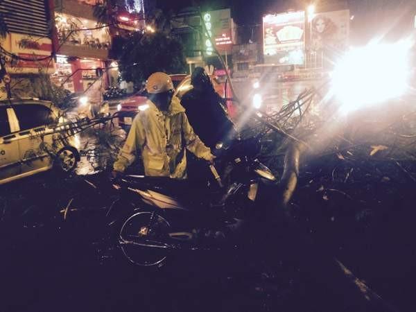 Thượng úy Phạm Văn Luyến và CBCS trong tổ công tác đã nhanh chóng dọn dẹp, di chuyển cành cây đổ gẫy, lôi chiếc xe máy của người dân gặp nạn ra ngoài