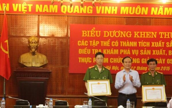 Đồng chí Nguyễn Ngọc Tuấn trao tặng Bằng khen của Chủ tịch UBND TP cho hai tập thể thuộc CATP Hà Nội có thành tích xuất sắc trong chuyên án