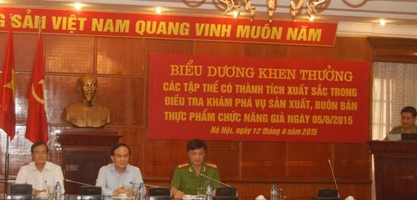 Đồng chí Nguyễn Ngọc Tuấn-Phó Chủ tịch UBND TP Hà Nội, cùng Đại tá Nguyễn Duy Ngọc-Phó Giám đốc CATP Hà Nội và các đại biểu dự buổi lễ biểu dương khen thưởng