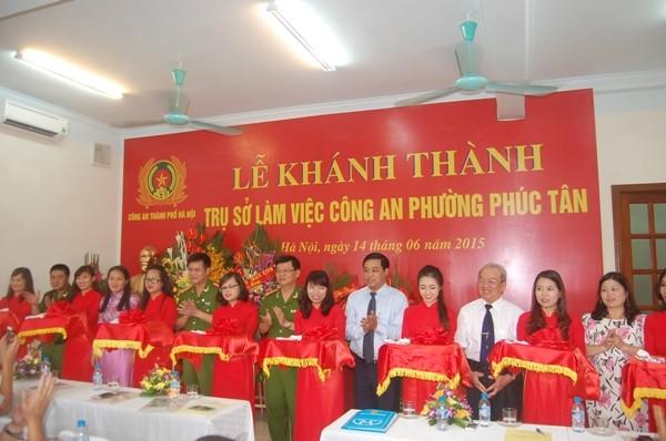 Các đại biểu cắt băng khánh thành công trình trụ sở CAP Phúc Tân