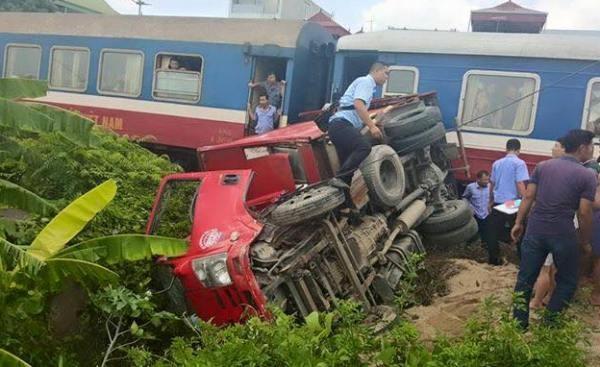 Chiếc xe tải bị tàu hỏa húc văng ra khỏi đường ray