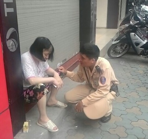 CSGT hỏi han, chăm sóc bà cụ gặp nạn trên đường
