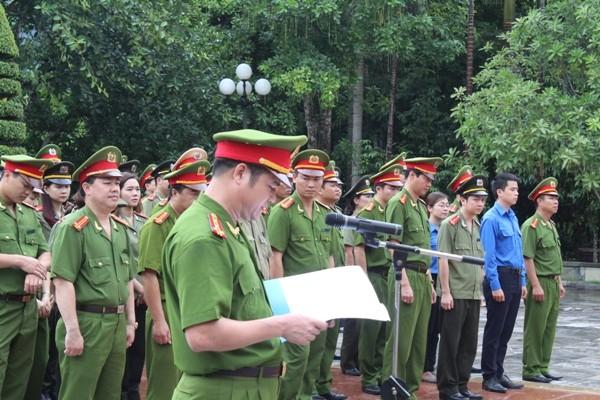 Đại tá Hà Mạnh Hùng thay mặt cán bộ chiến sỹ CAQ Hoàn Kiếm báo công dâng Bác tại Nha công an Trung ương
