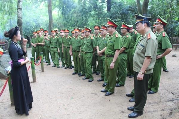 Đại tá Hà Mạnh Hùng - Trưởng CAQ Hoàn Kiếm cùng chỉ huy, cán bộ chiến sỹ trong đơn vị tìm hiểu về lán Nà Nưa nơi Bác Hồ từng sinh sống