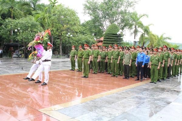 CAQ Hoàn Kiếm dâng hoa trước tượng đài Vì an ninh Tổ quốc